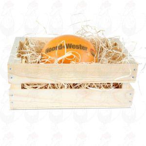 Edamer Käse in einer Holzkiste